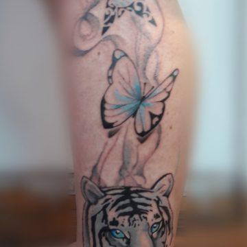 Tatouage papillon et tigre en couleurs
