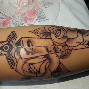 Tatouage poignard et roses1