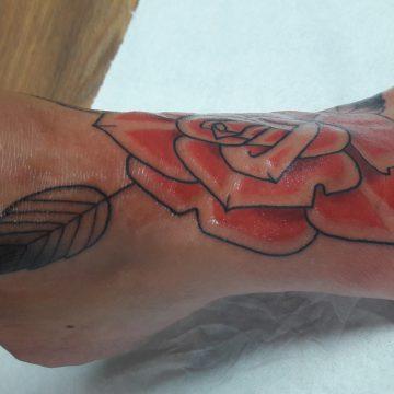 tatouage rose traditionnelle sur le pied