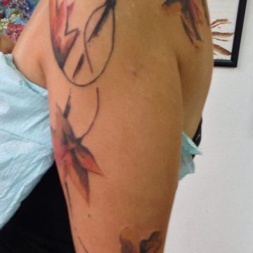 Tatouage fleurs et branches