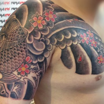 Tatouage japonais carpe koï et fleurs de lotus