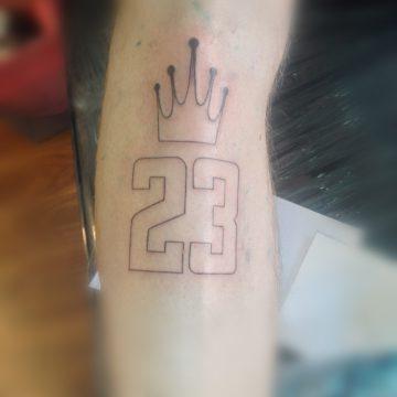 Tatouage numéro 23 et couronne